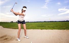 Девушка играет в гольф