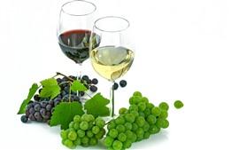 Зеленый и красный виноград, вино, красное вино, стеклянные стаканчики, белый фон