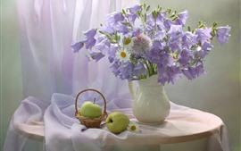 Цветы фиолетового колокольчика и белая ромашка, ваза, яблоко, груша