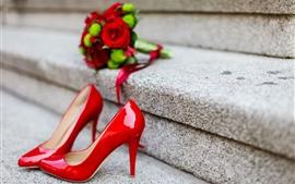 Красные высокие каблуки, лестницы, розы