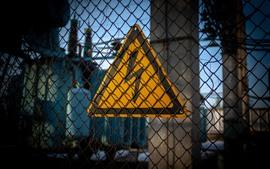 철조망, 전기 경고 표시