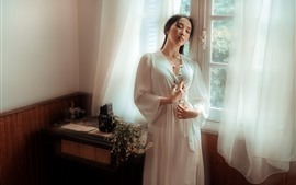 Jovem menina asiática, sala, janela, pijama