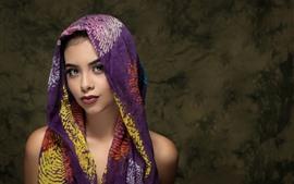 Menina bonita, olhos castanhos, lenço de seda