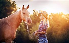 Блондинка и конь, солнечные лучи, лето