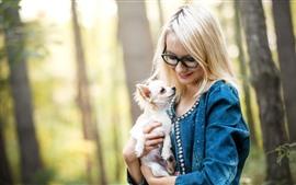 Блондинка, очки, собака