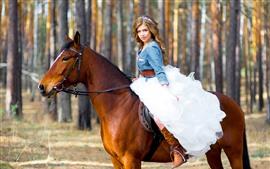 Девушка с каштановыми волосами, белая юбка, конь