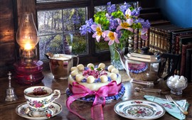 Bolo, flores, chá, lâmpada, janela, livros, ainda vida