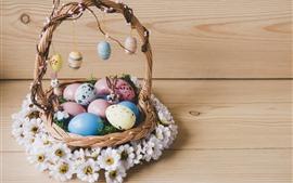 Разноцветные яйца, корзинка, белые цветы, пасха