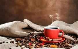 Uma xícara de café, caneca vermelha, grãos de café