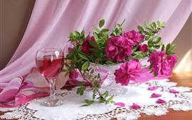 Rosas cor de rosa, vinho, copo de vidro