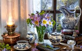 Flores roxas, vaso, chaleira, xícara, chá, janela, lâmpada
