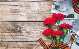 壁紙のプレビュー 赤いカーネーションの花、キャンドル、木板