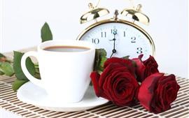 Roses rouges, café, montre de poche