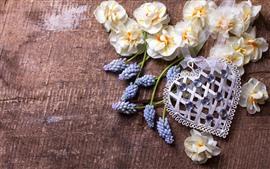 Amor coração, flores roxas e brancas
