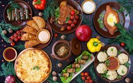 Muchos tipos de comida, carne, tomate, pastel.