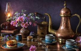 Ainda vida, chaleira, chá, pão, flores, lâmpada
