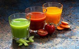 Três xícaras de suco de vegetais, verde, vermelho, laranja