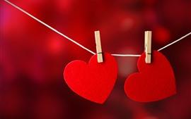 Dois corações de amor vermelho, prendedores de roupa, corda