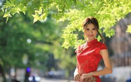 Aperçu fond d'écran Fille chinoise, sourire, cheongsam, feuilles vertes