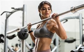 Chica fitness, gimnasio, manos, mira, deporte