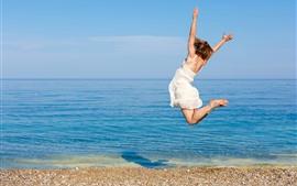 Прыгает девушка, море, пляж, лето