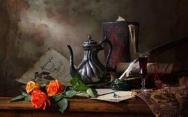 Rosa laranja, vinho, chaleira, ainda vida