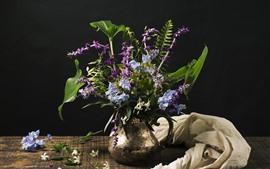 Flores roxas e azuis, vaso, fundo preto
