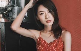 Saia vermelha menina chinesa, olhar, mãos, pose