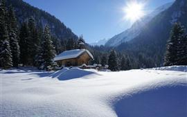 Vorschau des Hintergrundbilder Winter, dichter Schnee, Bäume, Haus, Berge, Sonnenstrahlen
