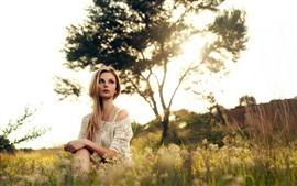 Menina loira, grama, verão, árvores, luz do sol
