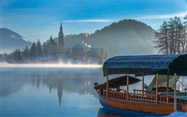 Aperçu fond d'écran Ville, lac, bateau, maisons, montagnes, brouillard, matin