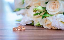 Dois anéis, rosas rosa claro, romântico