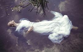 Белая юбка девушки спят в воде, пруд