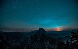 Cenário bonito da noite, estrelado, montanhas