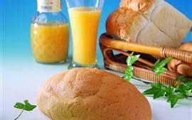 Pan, jugo de naranja, desayuno.