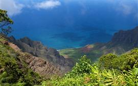 Vista superior da montanha, primavera, mar azul