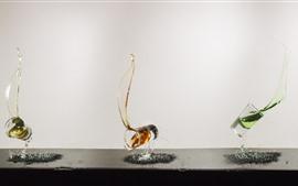 Tres vasos de vidrio, salpicaduras de agua, colores.