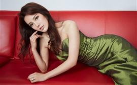 Красивая китайская девушка, поза, диван