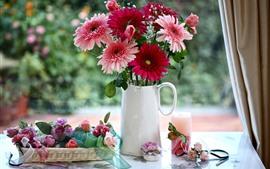 Розовые и красные цветы герберы, розы, ваза