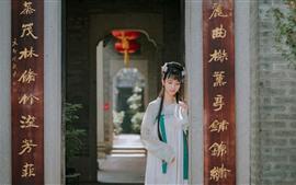 Chica de estilo retro, hanfu, ventilador, puerta