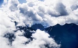 Горы, белые облака, туманные