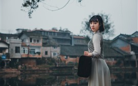 Короткие волосы девушки, стиль ретро, чемодан