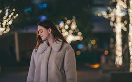 Sorriso menina, casaco, noite, luzes, nebuloso