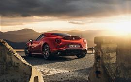 壁紙のプレビュー アルファロメオ4 C赤いスポーツカーの背面図、太陽の光、雲