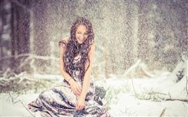 Chica de cabello castaño en el día nevado, feliz