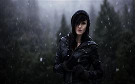 Chica en invierno, día nevado, chaqueta negra