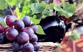 Фиолетовый виноград, бутылка, листья
