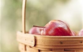 Красные яблоки, корзина, дымка