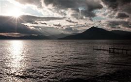 Aperçu fond d'écran Mer, montagnes, rayons du soleil, marina, matin