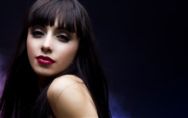 Черные волосы девушки, макияж, красная губа